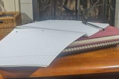 Abra el cuaderno con la pluma Imágenes de archivo libres de regalías