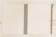 Abra el cuaderno con la pluma Imagen de archivo libre de regalías