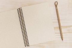 Abra el cuaderno con la pluma Fotos de archivo