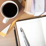 Abra el cuaderno con la taza del libro y de café Imagen de archivo libre de regalías