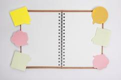 Abra el cuaderno con las etiquetas engomadas Imagen de archivo