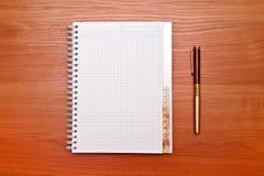 Abra el cuaderno con las páginas en blanco y el lápiz Fotografía de archivo