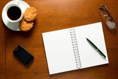 Abra el cuaderno con las paginaciones en blanco fotografía de archivo libre de regalías