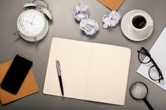 Abra el cuaderno con las paginaciones en blanco fotos de archivo