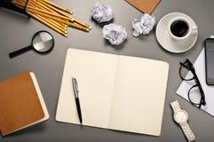 Abra el cuaderno con las paginaciones en blanco fotografía de archivo