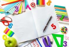 Abra el cuaderno de la página en blanco con una pluma en el centro del bastidor Varias fuentes de oficina Fotografía de archivo