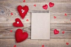 Abra el cuaderno en blanco con los corazones de la tarjeta del día de San Valentín en backgro de madera viejo Imagen de archivo