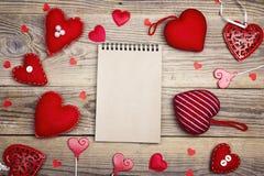 Abra el cuaderno en blanco con los corazones de la tarjeta del día de San Valentín en backgro de madera viejo Fotografía de archivo