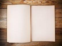 Abra el cuaderno en blanco en la madera vieja Foto de archivo