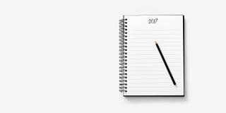 Abra el cuaderno en el fondo blanco con un lápiz Imagenes de archivo