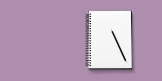 Abra el cuaderno en el fondo blanco con un lápiz Foto de archivo
