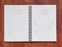 Abra el cuaderno en el fondo de madera Foto de archivo
