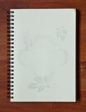 Abra el cuaderno en el fondo de madera Fotografía de archivo libre de regalías