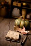 Abra el cuaderno en la tabla de cocina con las decoraciones del otoño Fotografía de archivo