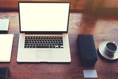 Abra el cuaderno en una oficina moderna del escritorio marrón de textura al lado de una taza de café sólo Imagenes de archivo