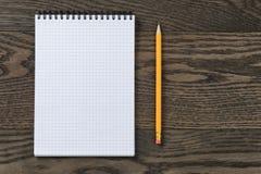 Abra el cuaderno para escribir o dibujar en la tabla de roble Fotos de archivo