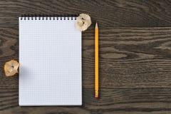 Abra el cuaderno para escribir o dibujar en la tabla de roble Fotografía de archivo libre de regalías