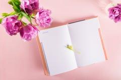 Abra el cuaderno para escribir sueños e ideas con las flores próximas Imágenes de archivo libres de regalías