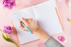 Abra el cuaderno para escribir sueños e ideas con las flores próximas Fotografía de archivo libre de regalías