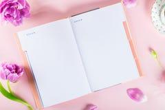 Abra el cuaderno para escribir sueños e ideas con las flores próximas Fotos de archivo libres de regalías