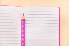 Abra el cuaderno y el lápiz en él imagen de archivo libre de regalías