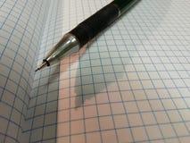 Abra el cuaderno y el lápiz Sombra del lápiz en el cuaderno foto de archivo