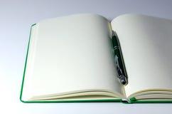 Abra el cuaderno y la pluma Fotografía de archivo libre de regalías
