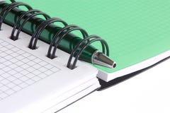 Abra el cuaderno y la pluma verde 2 Imagen de archivo libre de regalías