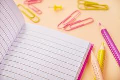 Abra el cuaderno y los lápices, efectos de escritorio de los clips de papel foto de archivo