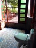 Abra el cuarto de baño del concepto, centro turístico tropical foto de archivo
