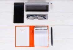 Abra el diario con una pluma, vidrios elegantes y abra la caja para los vidrios Imagenes de archivo