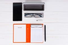 Abra el diario con una pluma, vidrios y abra la caja para los vidrios cerca del MES Foto de archivo