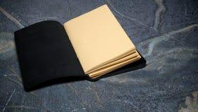 Abra el diario encuadernado del cuero en blanco Fotos de archivo