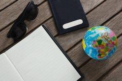 Abra el diario rodeado con los accesorios que viajan Fotografía de archivo libre de regalías