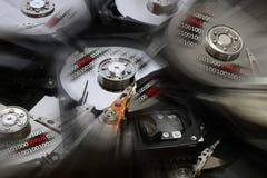Abra el disco del disco duro con código binario encima y alarma del virus Efectos de Postproduction fotografía de archivo
