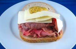 Abra el emparedado de la carne de vaca de carne asada de la cara Foto de archivo libre de regalías