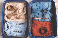 Abra el equipaje por completo de ropa Fotos de archivo libres de regalías