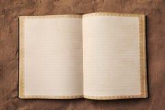 Abra el espacio en blanco del libro en la arena Fotos de archivo libres de regalías