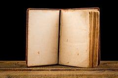 Abra el espacio en blanco del libro en viejo fondo de madera foto de archivo libre de regalías