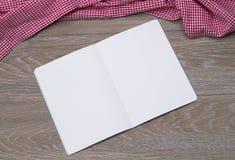 Abra el folleto en la tabla Fotografía de archivo