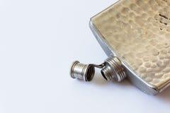 Abra el frasco del metal del vintage aislado en el concepto blanco, de consumición del apego del alcoholismo fotos de archivo libres de regalías