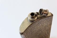 Abra el frasco martillado viejo del metal aislado en el concepto blanco, de consumición del apego del alcoholismo imágenes de archivo libres de regalías