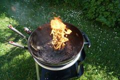 Abra el fuego en la parrilla Imagenes de archivo