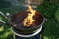 Abra el fuego en la parrilla Fotos de archivo