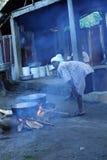 Abra el fuego que cocina en Haití rural Foto de archivo