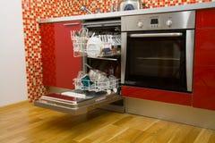 Abra el lavaplatos con los platos limpios Foto de archivo
