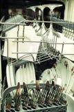 Abra el lavaplatos con los utensilios limpios Foto de archivo libre de regalías