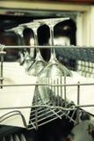 Abra el lavaplatos con los utensilios limpios Imagenes de archivo