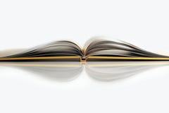Abra el libro amarillo en el backgroud blanco Foto de archivo libre de regalías