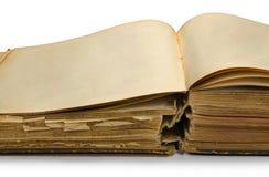 Abra el libro antiguo con las paginaciones en blanco. imagen de archivo